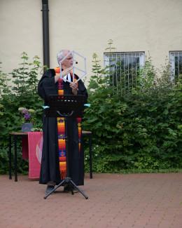 Mitte Juli: Pfarrer Blöcker bei seiner Ansprache