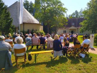 Konfirmationen Mitte Juli: Festgemeinde mit Desinfektionsmittel-Spender (rechts)