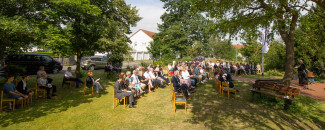 Festgemeinde bei der dritten Konfirmation des Jahrgangs 2020 am 25. Juli 2021